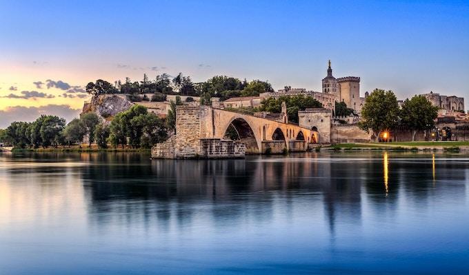 Avignon-broen med Pavepalasset og Rhone-elven ved soloppgang, Pont Saint-Benezet, Provence, Frankrike