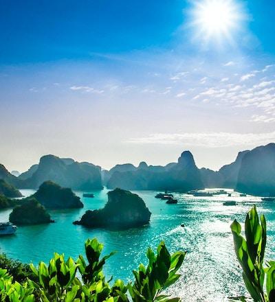 Utsikt over karstlandskap ved Halong Bay i Vietnam