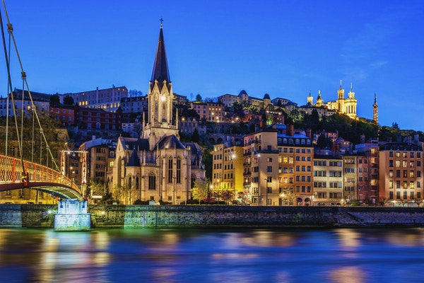 Berømt utsikt over Lyon med Saone-elven om natten