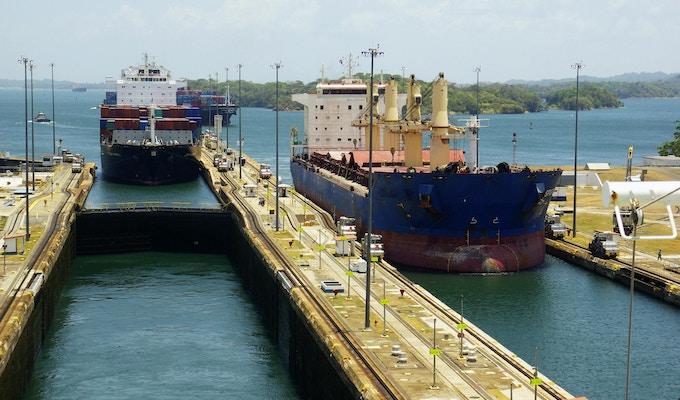 To lasteskip kommer inn i Gatun-låsene fra Gatun-sjøen, Panamakanalen.
