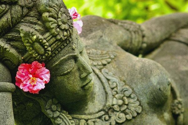 Statue pyntet med  blomster