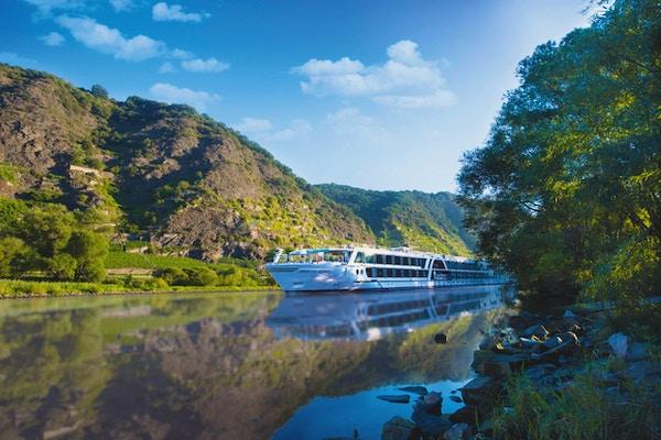Elvecruiseskip på elv