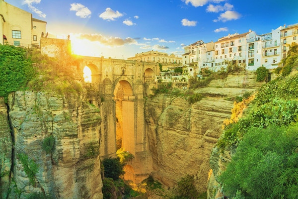 Puente Nuevo bro farget med lys fra solnedgang, Ronda, Andalusia, Spania
