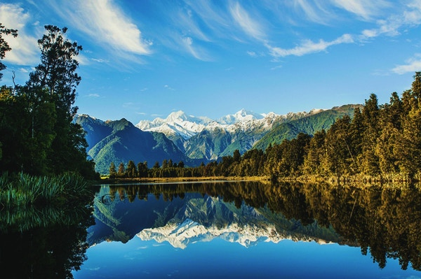 Refleksjoner over Mount Cook og Mount Tasman i Lake Matheson, Fox Glacier, New Zealand.
