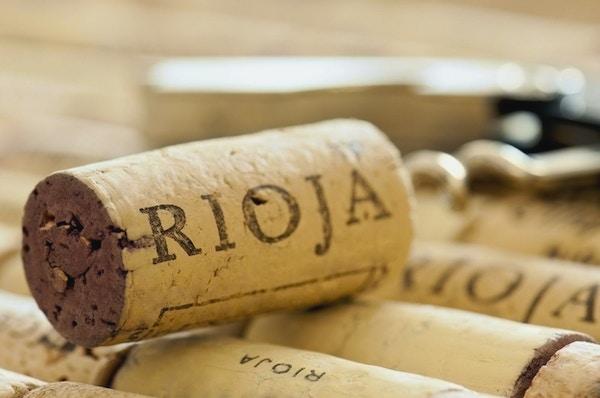 Rader med vin korker