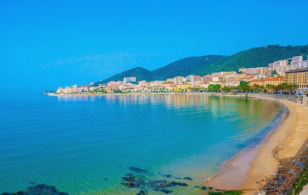 Hoteller, restauranter og stuehus langs kysten, Ajaccio, Korsika, Frankrike.