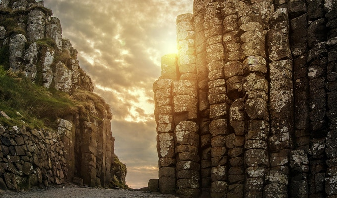 Solnedgang ved Giant's Causeway i Nord-Irland