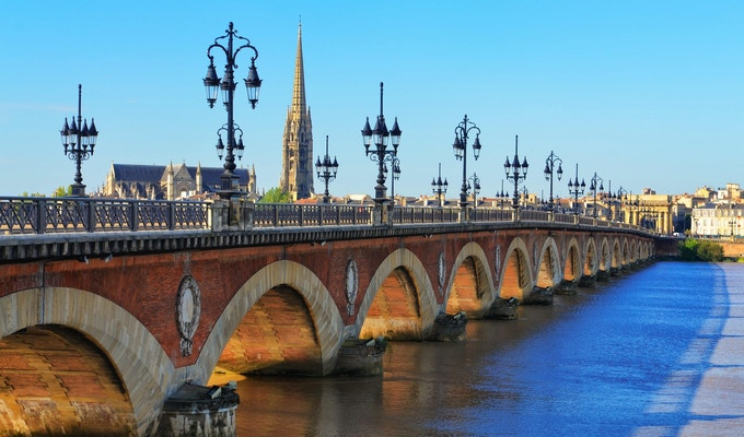 Bordeaux elvebro med katedralen St Michel
