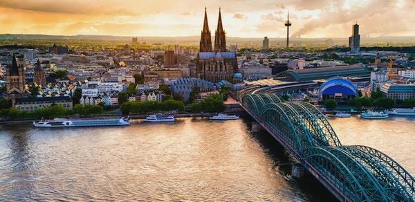 Panoramautsikt over Köln ved solnedgang