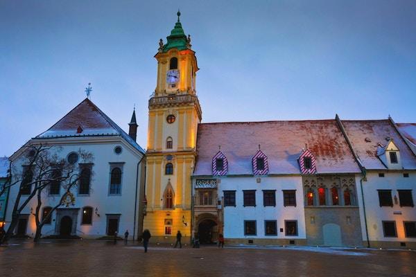 Utsikt over det gamle rådhuset i Bratislava hovedtorg, Slovakia.
