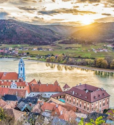 Panoramautsikt over den vakre Wachau-dalen med den historiske byen Dürnstein. Dürnstein og den berømte Donau-elven i vakkert gyllent kveldslys ved solnedgang, Nedre Østerrike-regionen, Østerrike