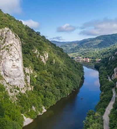 Decebal Head skulpturert i stein, Donau Gorges (Donau Boilers), Romania. Luftfoto
