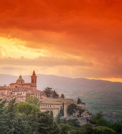 Trevi Latin: Trevi er en gammel by og en kommune i Umbria, Italia, på den nedre flanken av Monte Serano, med utsikt over den brede sletta i Clitunno-elvesystemet. Det viktigste av de helårige vassdragene er Clitunno-elven, som ble feiret i antikken som Clitumnus. Det gudommelige vannet ble kjent for å ha mirakuløse egenskaper, og har blitt priset i prosa og vers av den yngre Plinius, Eiendomius, Claudian, Addison, Byron og Carducci.