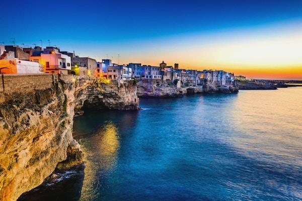 Puglia, Italia. Solnedgangslandskap i Polignano a Mare, by i provinsen Bari, Apulia, sørlige Italia ved Adriaterhavet