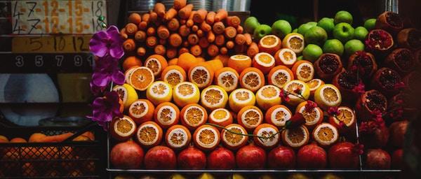 Frisk frukt og grønnsaker på street marke.