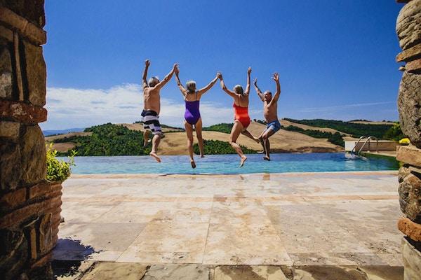 Mennesker som hopper glade i basseng