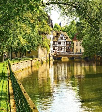 Strasbourg, vannkanal i Petite France-området. Bindingsverkshus og trær i Grand Ile. Alsace, Frankrike. Unesco nettsted.