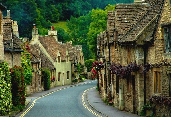 En av de vakreste landsbyene i det landlige England - Castle Combe. Grønne åser, røyk fra skorsteinen
