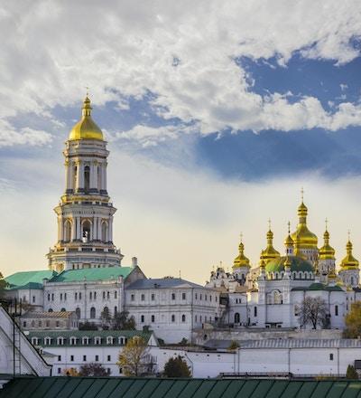 Kiev-Pechersk Lavra mot himmelen med skyer høst. Big Bell Tower, Refectory Church og Assumption Cathedral. Kiev, Ukraina