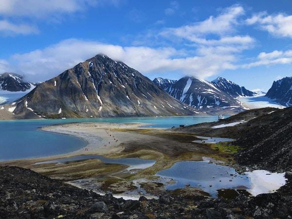 Landskap på Svalbard med fjell, fjord og sandstrand