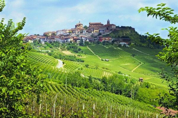 Italiensk by på toppen av en høyde