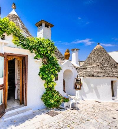 ALBEROBELLO, ITALIA - 10. JULI 2015: Alberobello, UNESCOs arveby i Italia, Puglia. Trulli eller Trullo hus med koniske tak, tradisjonell apulisk tørrsteinshytte.