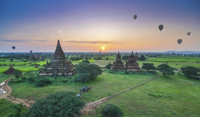 Soloppgang ved eldgamle templer i Bagan, Myanmar