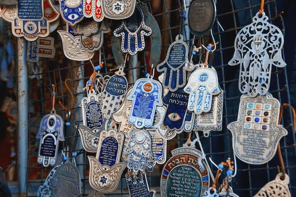 Hands of Fatima-Hamsa- for å holde unna dårlige varmer og tiltrekke lykke til på loppemarkedet som er til salgs på loppemarkedet i Jaffa,