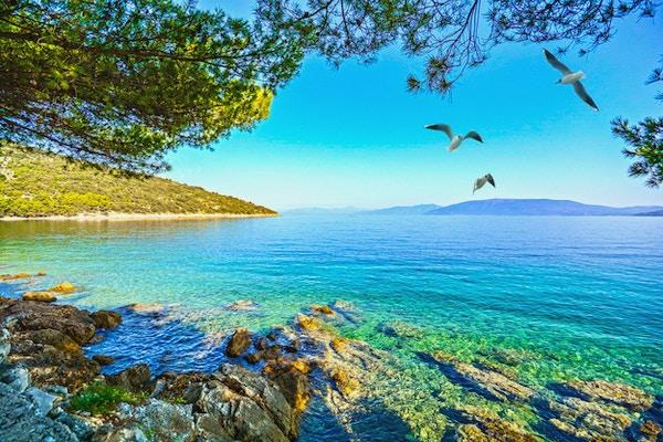 Cres Island, Kroatia: Utsikt fra strandpromenaden mot Adriaterhavet nær landsbyen Valun