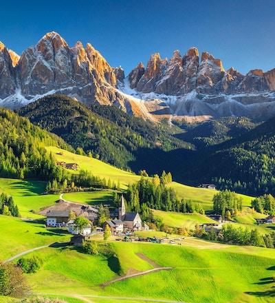 Berømte beste alpine sted i verden, Santa Maddalena landsby med magiske Dolomittene fjell i bakgrunnen, Val di Funes dalen, Trentino Alto Adige regionen, Italia, Europa