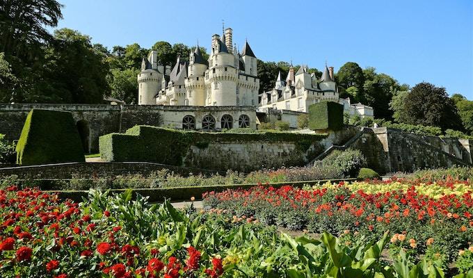 Blomster i forgrunnen av et slott i Loire