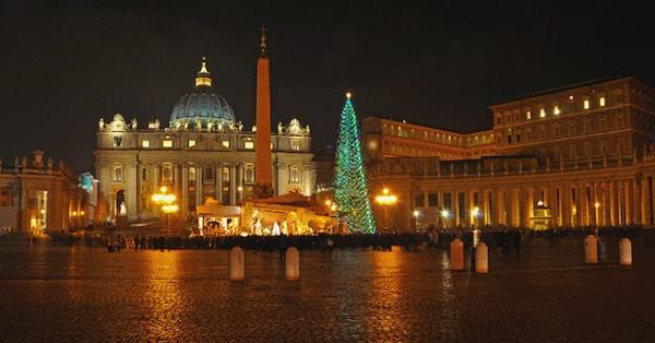 Juletre på Petersplassen i kveldsbelysing