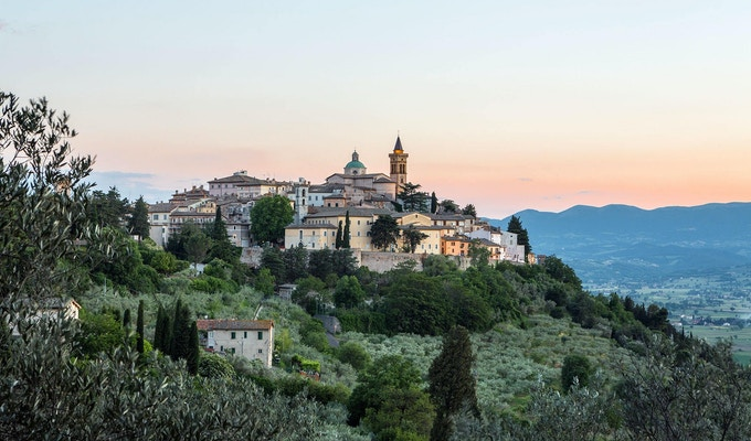Utsikt til den vakre middelalderbyen Trevi, italia.