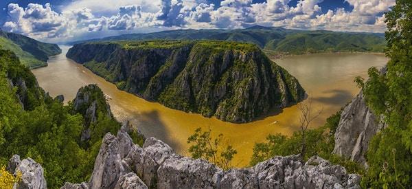 The Iron Gates er et juv ved Danubeelven. Juvet er hovedattraksjonen i Djerdap Nasjonalpark, Serbia