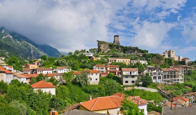 Scene med Kruja-slottet i nærheten av Tirana i Albania