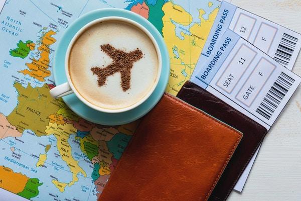 Europakart og flymotiv i cappuccino (laget av kanel). Reisekonsept. Reisebyrå