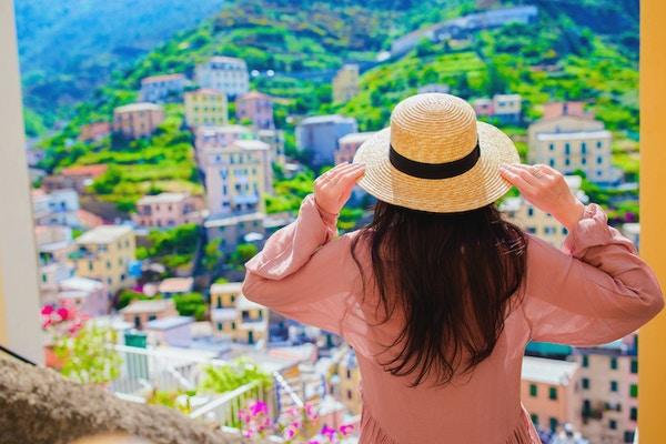 Smilende glad jente som har det gøy under ferier i Cinque Terre
