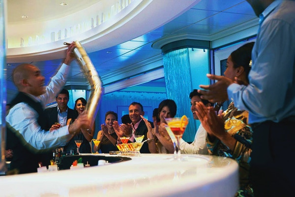 Bartender som blander drinker i martinibaren