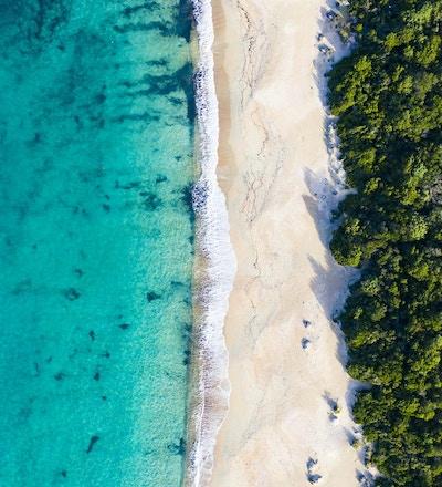 """Luftfoto av en fantastisk vill strand badet av et gjennomsiktig og turkis hav. Sardinia, Italia. """"T"""