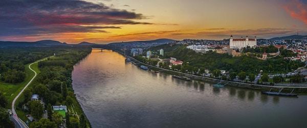 Bratislava slott på høyre bredd av Donau-elven ved solnedgang