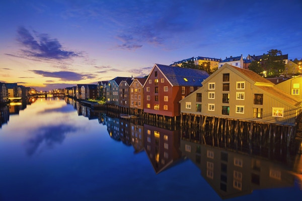 Bilde av den norske byen Trondheim i skumringen blå time.