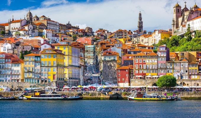 Porto, Portugal. Skyline over gamlebyen på motsatt side av Douroelven.