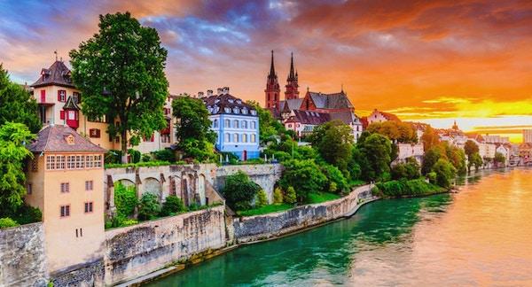 Vakker by ved elvebredden