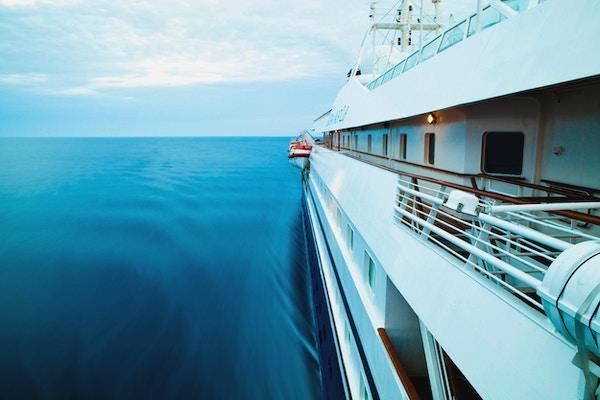 Skipsside mot blått hav