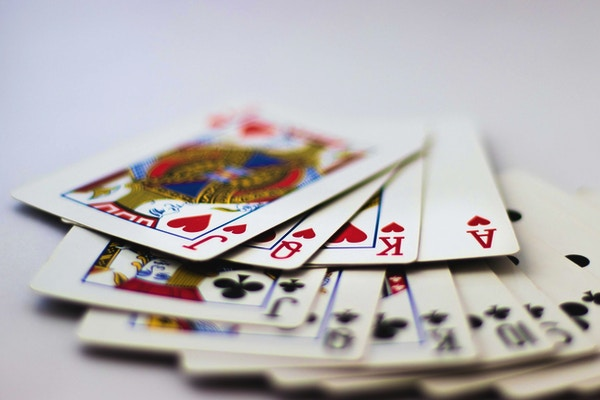 Spillkort med sedler og mynter for pengespill