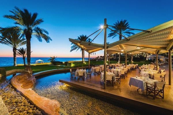 Lekker utendørs restaurant ved sjøen