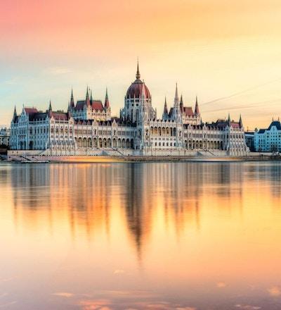 Staselig bygning sett fra Donau