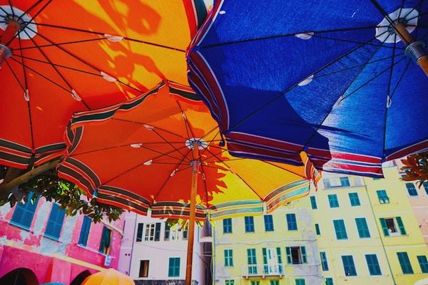 Fargerike parasoller i Vernazza, Cinque Terre, Liguria, Italia