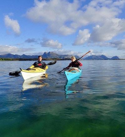 Kajakkpadlere på vannet