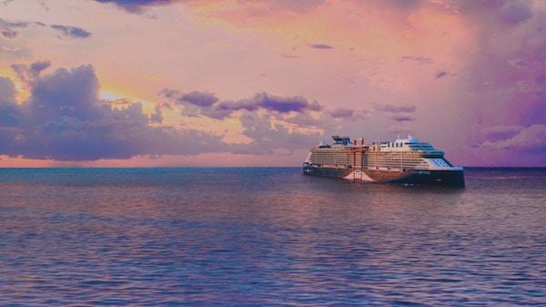 Cruiseskip på havet med rosa solnedgang.